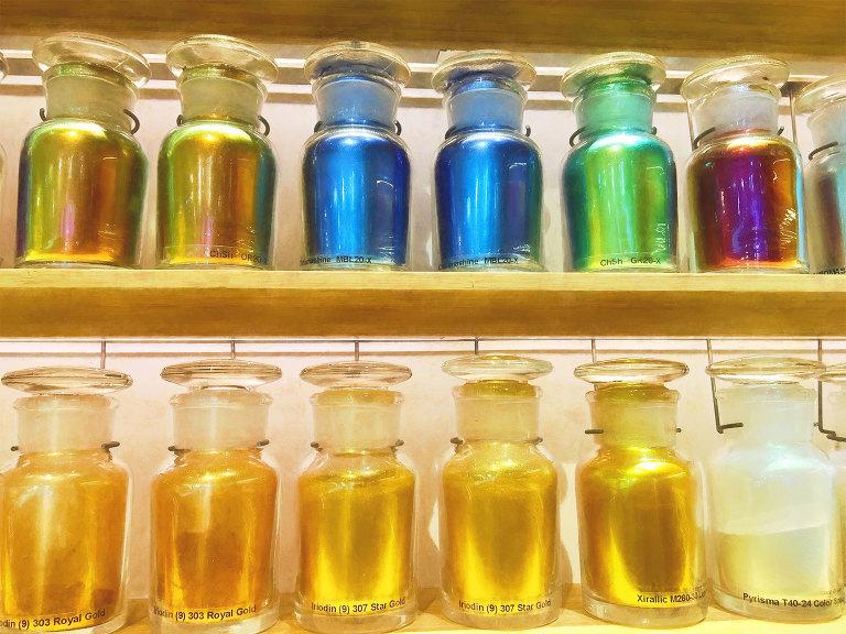 Iridescent pigments